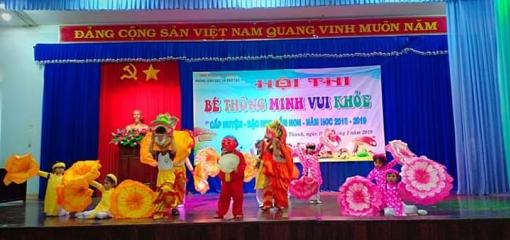 Một tiết mục thi múa hát của các bé mầm non của huyện Chơn Thành
